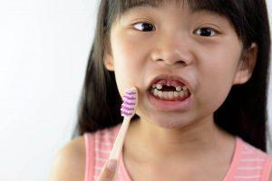 Момиче си мие зъбите - няма зъби- Медика 3 Дент