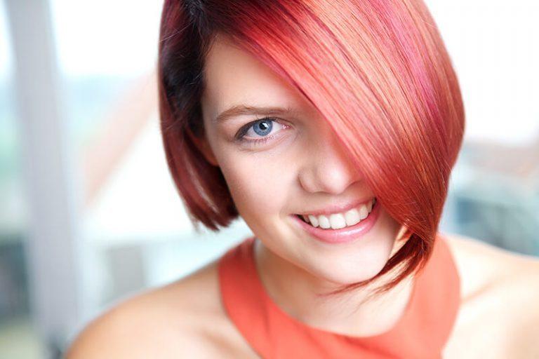 Усмихната червенокоска