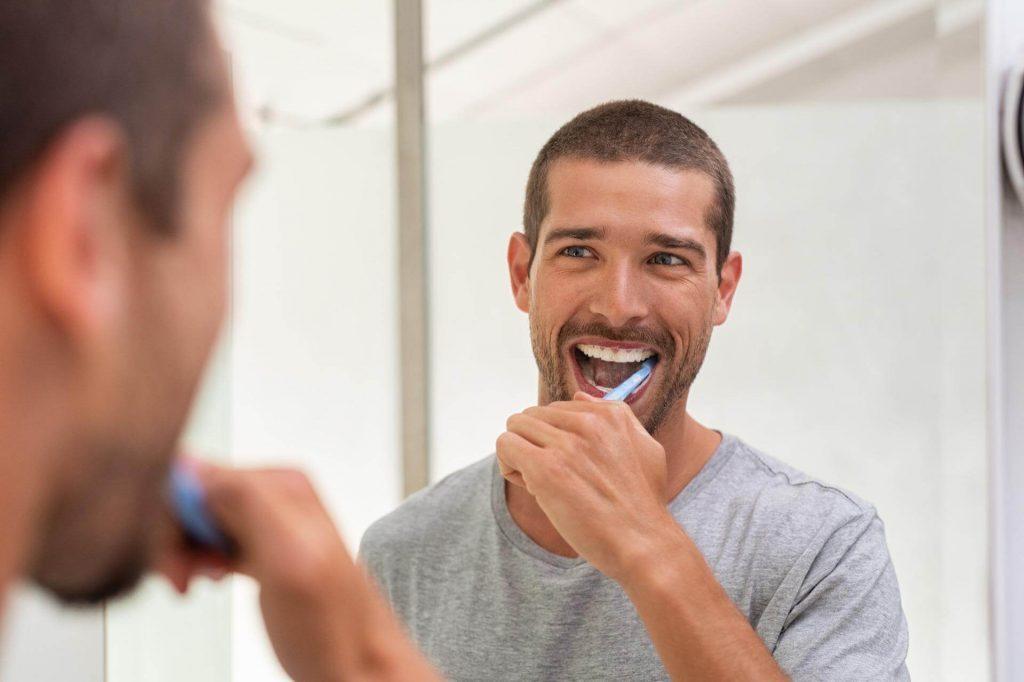 Мъж си мие зъбите - Медика 3 Дент